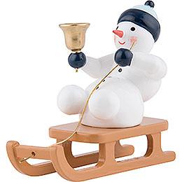 Schneemann mit Glocke auf Schlitten sitzend  -  6,5cm